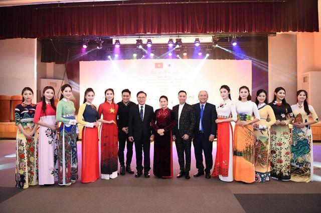 Trình diễn bộ sưu tập áo dài của Đỗ Trịnh Hoài Nam tại Hàn Quốc - Ảnh 1.