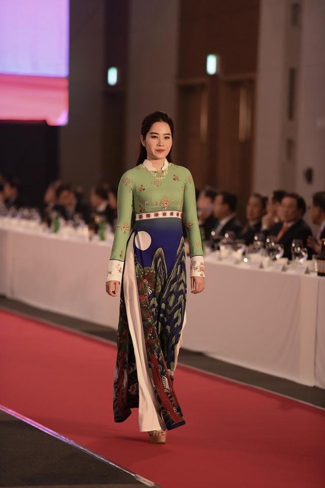 Trình diễn bộ sưu tập áo dài của Đỗ Trịnh Hoài Nam tại Hàn Quốc - Ảnh 12.