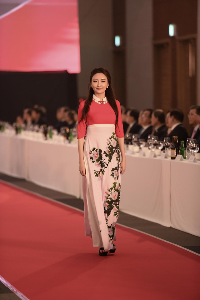 Trình diễn bộ sưu tập áo dài của Đỗ Trịnh Hoài Nam tại Hàn Quốc - Ảnh 10.