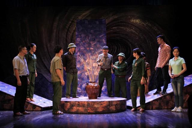 Nhà hát Kịch Việt Nam đưa vở Bão tố Trường Sơn sang Lào, Thái Lan - Ảnh 1.