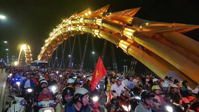 Du khách và người dân phố biển Đà Nẵng náo loạn đường phố mừng chiến thắng của đội tuyển Việt Nam - Ảnh 16.