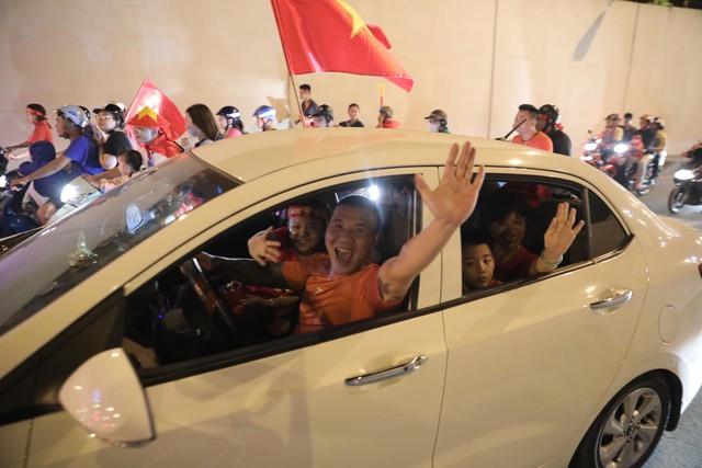 Hà Nội rợp cờ đỏ, rộn tiếng kèn và những màn bá đạo mừng đội tuyển Việt Nam vào chung kết AFF Cup 2018 - Ảnh 6.