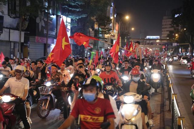 Hà Nội rợp cờ đỏ, rộn tiếng kèn và những màn bá đạo mừng đội tuyển Việt Nam vào chung kết AFF Cup 2018 - Ảnh 5.