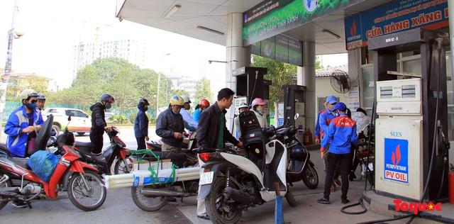 Giá xăng giảm mạnh, cổ động viên tha hồ đổ xăng đi cổ vũ đội tuyển Việt Nam - Ảnh 1.