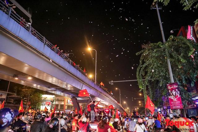 Bão tuyết bất ngờ xuất hiện trên đường phố Hà Nội hòa cũng cơn bão người hâm mộ - Ảnh 5.