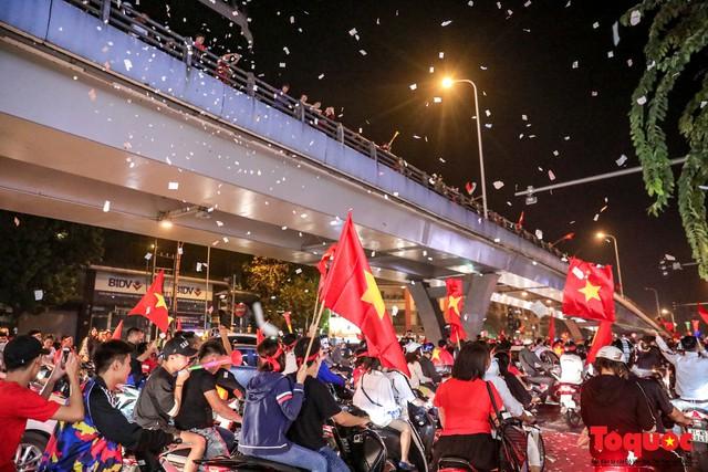 Bão tuyết bất ngờ xuất hiện trên đường phố Hà Nội hòa cũng cơn bão người hâm mộ - Ảnh 7.