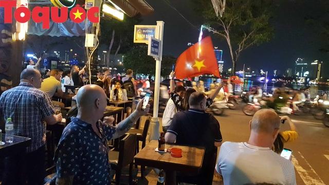 Du khách và người dân phố biển Đà Nẵng náo loạn đường phố mừng chiến thắng của đội tuyển Việt Nam - Ảnh 11.