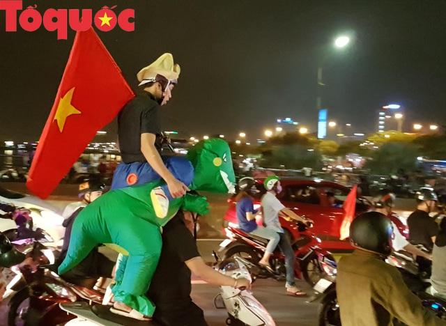Du khách và người dân phố biển Đà Nẵng náo loạn đường phố mừng chiến thắng của đội tuyển Việt Nam - Ảnh 17.