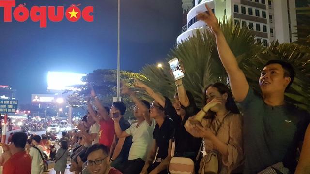 Du khách và người dân phố biển Đà Nẵng náo loạn đường phố mừng chiến thắng của đội tuyển Việt Nam - Ảnh 15.