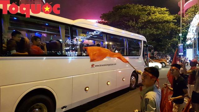 Du khách và người dân phố biển Đà Nẵng náo loạn đường phố mừng chiến thắng của đội tuyển Việt Nam - Ảnh 14.