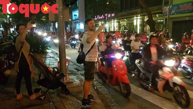 Du khách và người dân phố biển Đà Nẵng náo loạn đường phố mừng chiến thắng của đội tuyển Việt Nam - Ảnh 13.