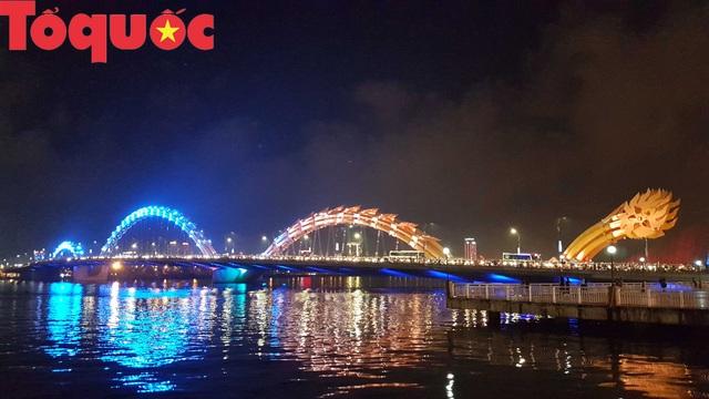 Du khách và người dân phố biển Đà Nẵng náo loạn đường phố mừng chiến thắng của đội tuyển Việt Nam - Ảnh 18.