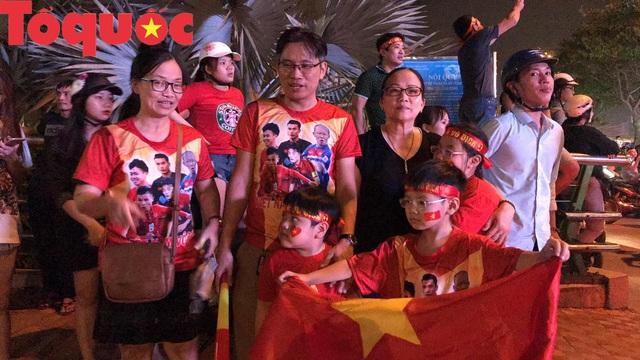 Du khách và người dân phố biển Đà Nẵng náo loạn đường phố mừng chiến thắng của đội tuyển Việt Nam - Ảnh 7.