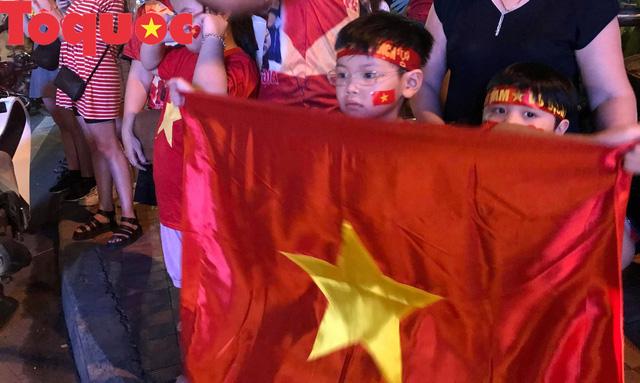 Du khách và người dân phố biển Đà Nẵng náo loạn đường phố mừng chiến thắng của đội tuyển Việt Nam - Ảnh 8.
