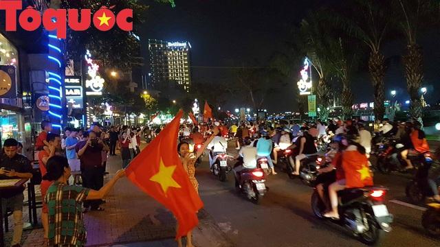 Du khách và người dân phố biển Đà Nẵng náo loạn đường phố mừng chiến thắng của đội tuyển Việt Nam - Ảnh 6.