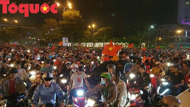 Du khách và người dân phố biển Đà Nẵng náo loạn đường phố mừng chiến thắng của đội tuyển Việt Nam - Ảnh 5.