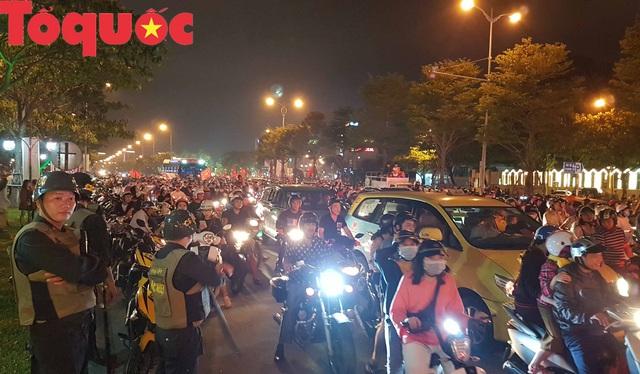 Du khách và người dân phố biển Đà Nẵng náo loạn đường phố mừng chiến thắng của đội tuyển Việt Nam - Ảnh 4.