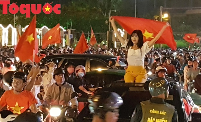 Du khách và người dân phố biển Đà Nẵng náo loạn đường phố mừng chiến thắng của đội tuyển Việt Nam - Ảnh 3.