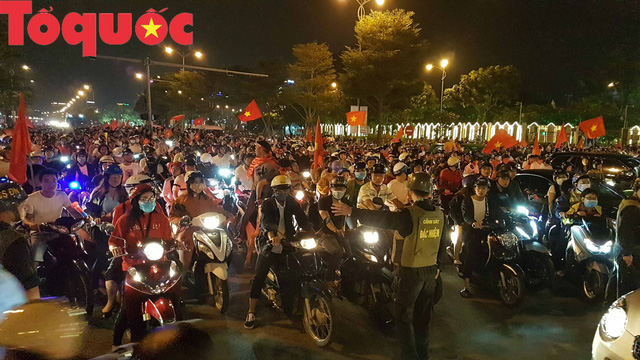 Du khách và người dân phố biển Đà Nẵng náo loạn đường phố mừng chiến thắng của đội tuyển Việt Nam - Ảnh 9.