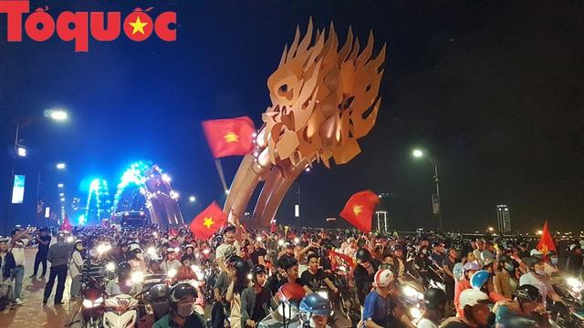 Du khách và người dân phố biển Đà Nẵng náo loạn đường phố mừng chiến thắng của đội tuyển Việt Nam - Ảnh 1.