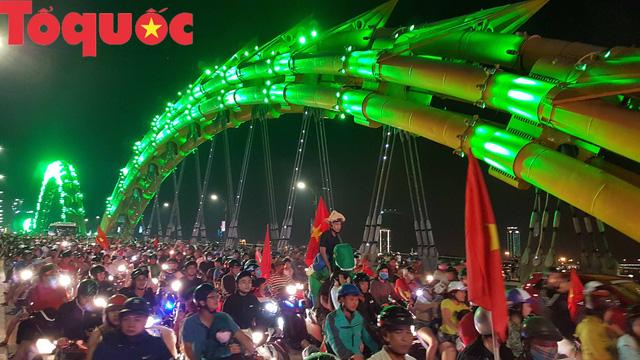 Du khách và người dân phố biển Đà Nẵng náo loạn đường phố mừng chiến thắng của đội tuyển Việt Nam - Ảnh 2.