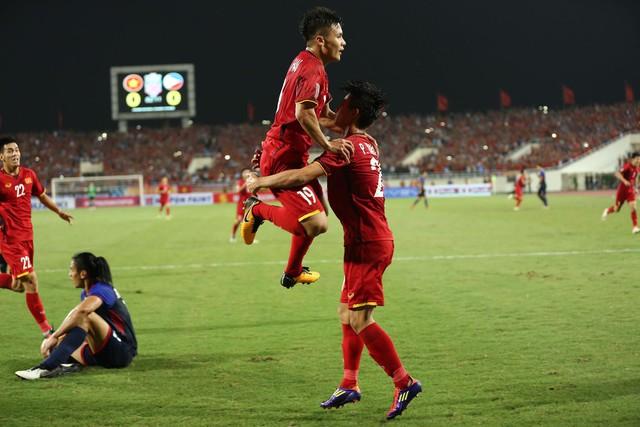Việt Nam vs Philippines:  Quang Hải, Công Phương ghi bàn giúp đội tuyển Việt Nam vào chơi trận chung kết AFF Cup 2018 - Ảnh 2.