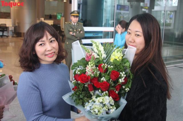 """Du khách trên chuyến bay đầu tiên tới Đà Nẵng đầu năm 2019: """"Chúng tôi bất ngờ với sự đón tiếp nồng hậu và thân thiện..."""" - Ảnh 1."""