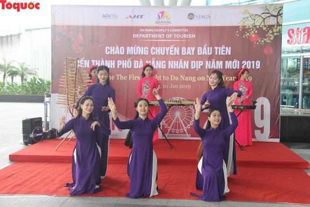 """Du khách trên chuyến bay đầu tiên tới Đà Nẵng đầu năm 2019: """"Chúng tôi bất ngờ với sự đón tiếp nồng hậu và thân thiện..."""" - Ảnh 4."""