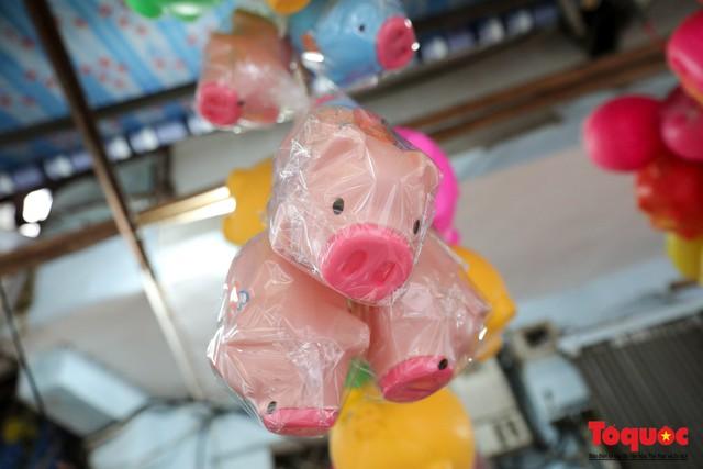 Năm Hợi: Đồ trang trí về lợn tràn ngập phố Hàng Mã - Ảnh 7.