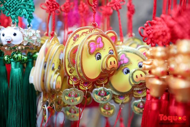 Năm Hợi: Đồ trang trí về lợn tràn ngập phố Hàng Mã - Ảnh 4.