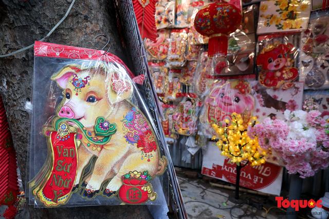 Năm Hợi: Đồ trang trí về lợn tràn ngập phố Hàng Mã - Ảnh 2.