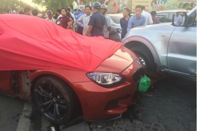 Xế hộp BMW tiền tỷ được phủ bạt, che biển số sau khi gây tai nạn liên hoàn ở Sài Gòn - Ảnh 3.