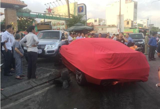 Xế hộp BMW tiền tỷ được phủ bạt, che biển số sau khi gây tai nạn liên hoàn ở Sài Gòn - Ảnh 4.