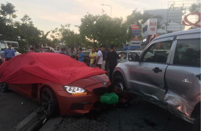 Xế hộp BMW tiền tỷ được phủ bạt, che biển số sau khi gây tai nạn liên hoàn ở Sài Gòn - Ảnh 1.