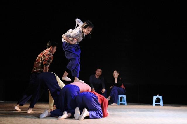 Đạo diễn người Nhật vừa khóc vừa dựng vở kịch Sự sống của cố NSND Anh Tú - Ảnh 3.