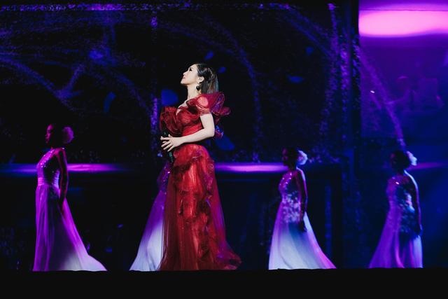 Hương Tràm sụp xuống khóc ở show đầu đời - Ảnh 3.