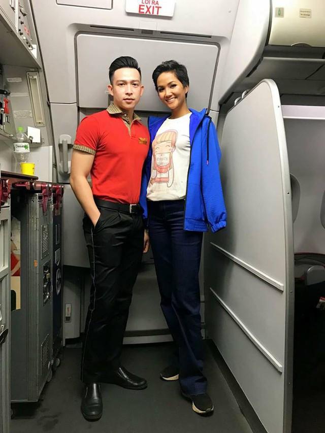 Hhen Niê trải lòng việc mặc áo 40 nghìn đồng, đi giày bẩn trên máy bay - Ảnh 1.