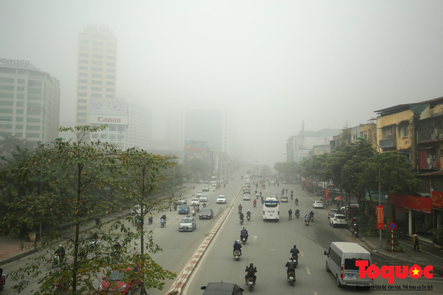 Hà Nội mịt mù trong sương sớm - Ảnh 1.