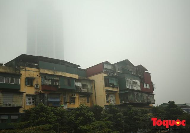 Hà Nội mịt mù trong sương sớm - Ảnh 2.