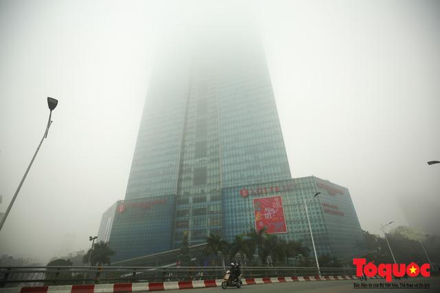 Hà Nội mịt mù trong sương sớm - Ảnh 3.