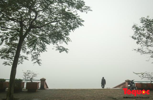 Hà Nội mịt mù trong sương sớm - Ảnh 15.