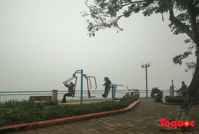 Hà Nội mịt mù trong sương sớm - Ảnh 14.