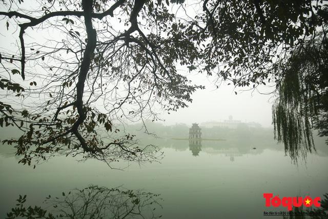 Hà Nội mịt mù trong sương sớm - Ảnh 17.