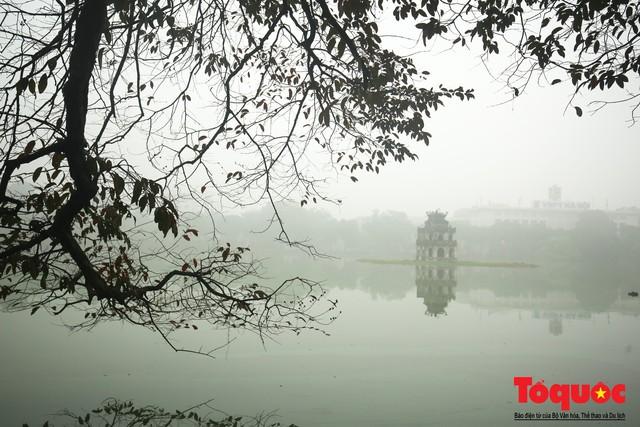 Hà Nội mịt mù trong sương sớm - Ảnh 16.