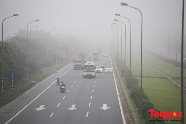 Hà Nội mịt mù trong sương sớm - Ảnh 8.