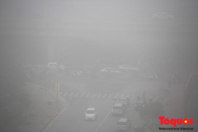 Hà Nội mịt mù trong sương sớm - Ảnh 9.