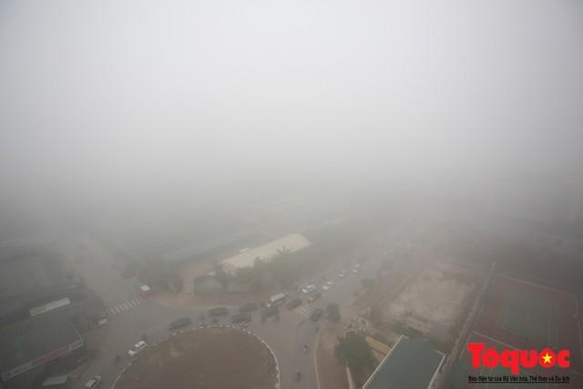 Hà Nội mịt mù trong sương sớm - Ảnh 10.