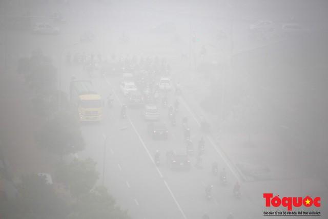 Hà Nội mịt mù trong sương sớm - Ảnh 11.