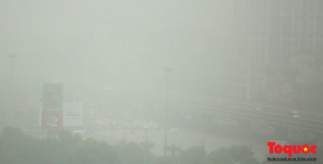 Hà Nội mịt mù trong sương sớm - Ảnh 12.