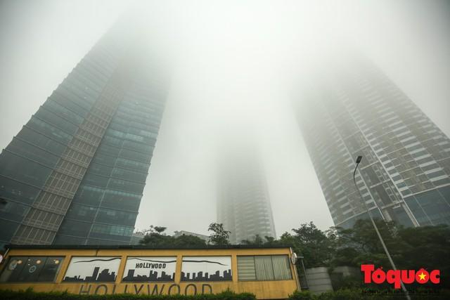 Hà Nội mịt mù trong sương sớm - Ảnh 4.